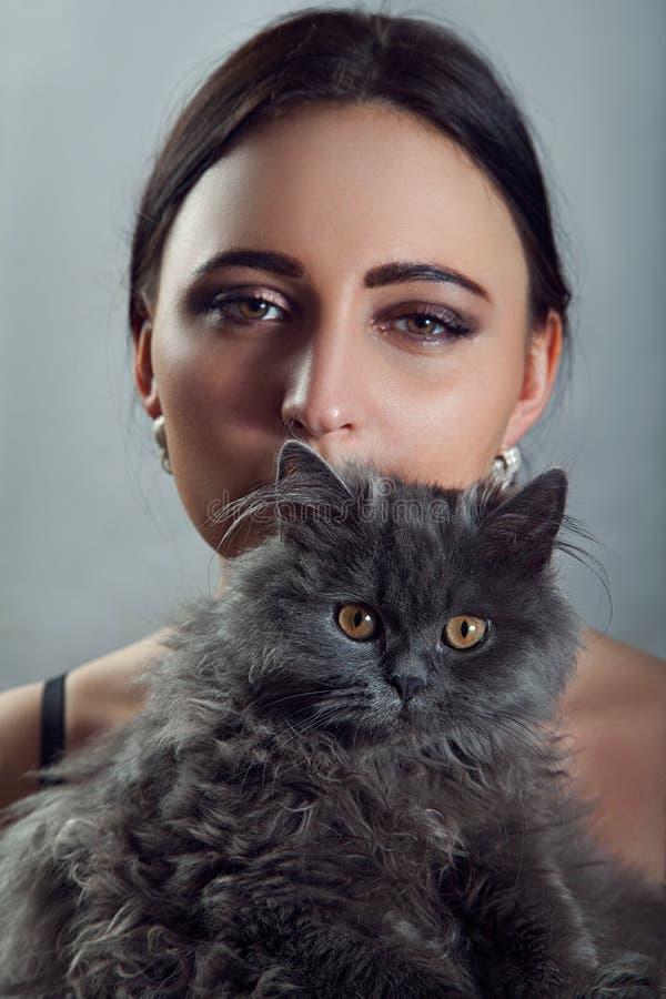 有逗人喜爱的波斯猫的妇女 免版税库存图片