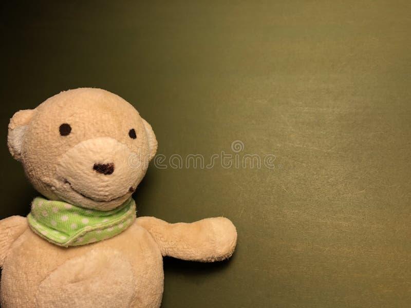 有逗人喜爱的白色玩具熊的绿色留言簿图片