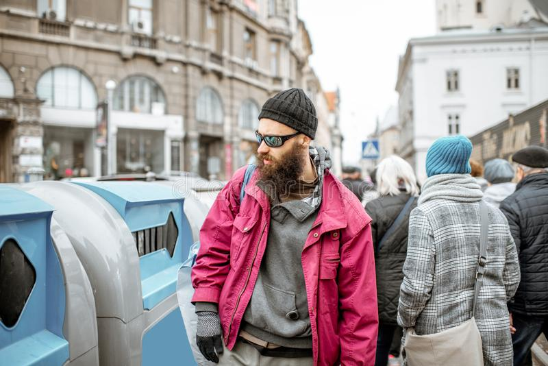 有通过的无家可归的叫化子人在老城市 免版税库存图片