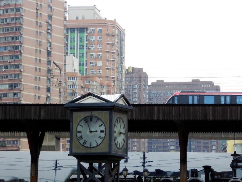 有通过背景的地铁的一个时钟 免版税图库摄影