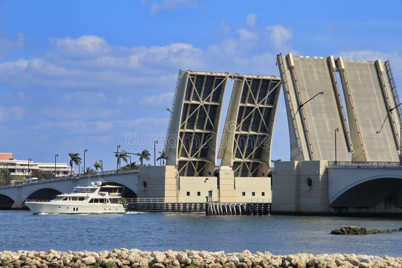 吊桥在West Palm Beach 库存照片