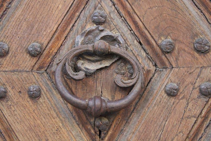 有通道门环圆环的古老木门 免版税库存照片