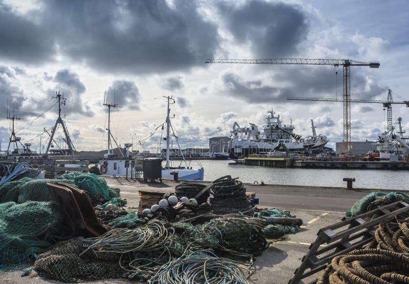 有造船厂的Skagen港口在背景中 库存图片