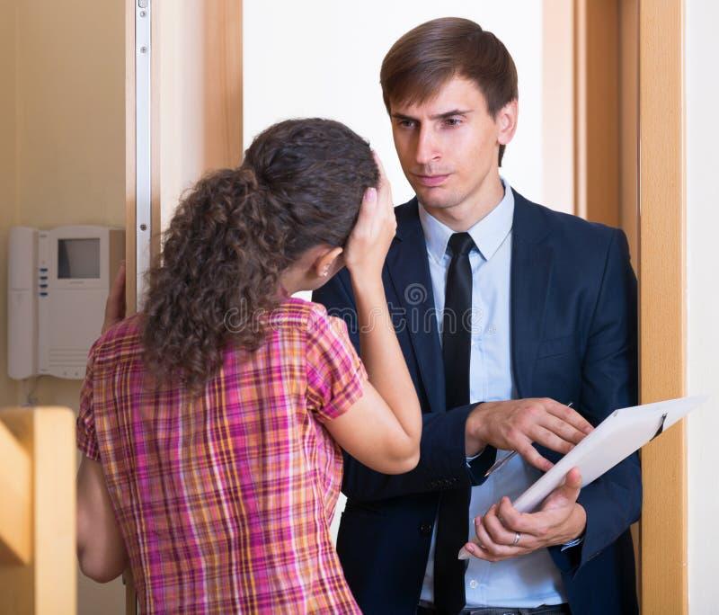 有遇见女孩的文件的恼怒的人 免版税库存图片