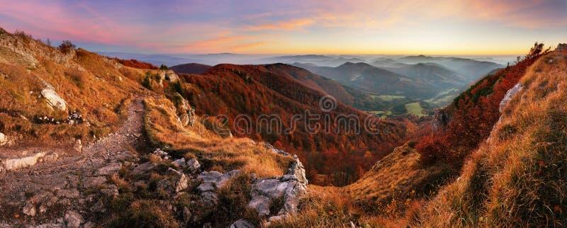 有道路的山全景从高峰Klak秋天,斯洛伐克 库存图片