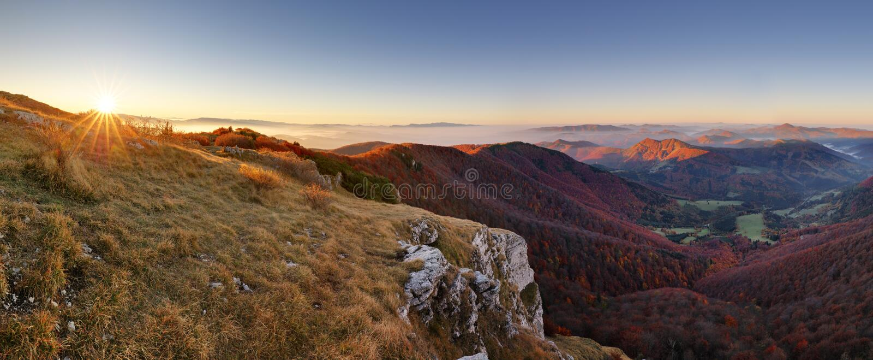 有道路的山全景从高峰Klak秋天,斯洛伐克 免版税库存图片