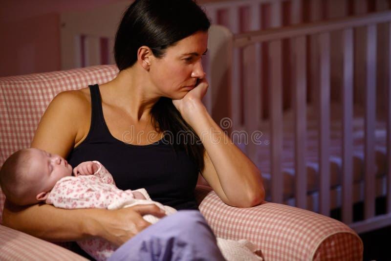 有遭受岗位新生消沉的婴孩的母亲 库存照片