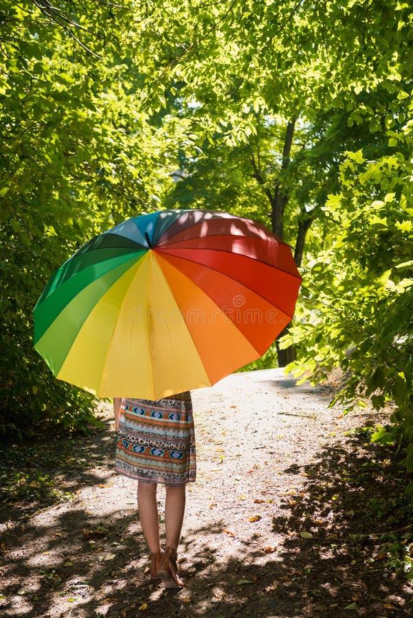 有遮阳伞的美丽的年轻女人 库存照片