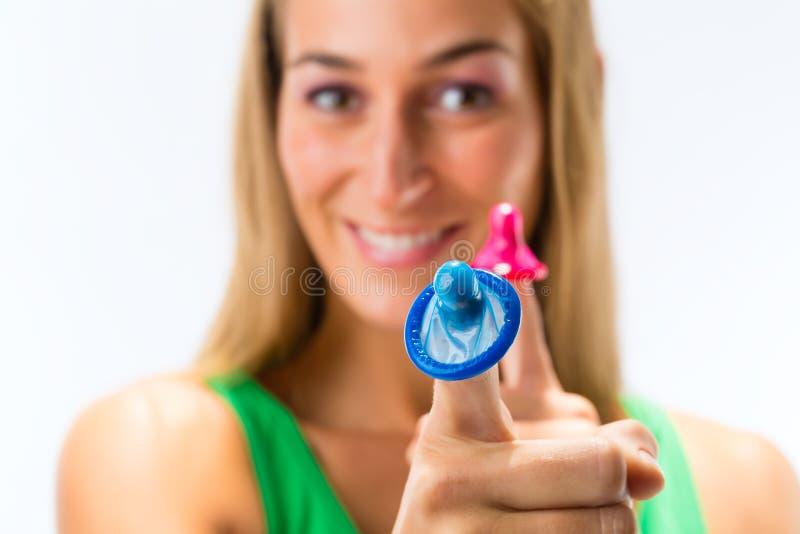 有避孕套的少妇 库存照片