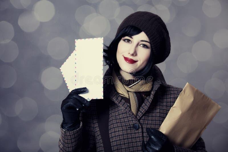 有邮件的新邮差女孩。 免版税图库摄影