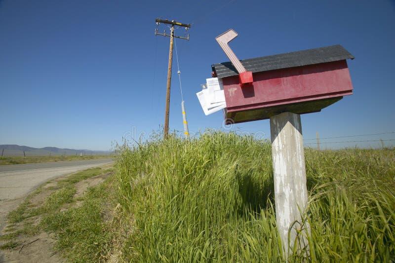 有邮件的红色箱子被显示,路在老路线58附近在卡里索附近抱怨国家历史文物,加州 库存照片