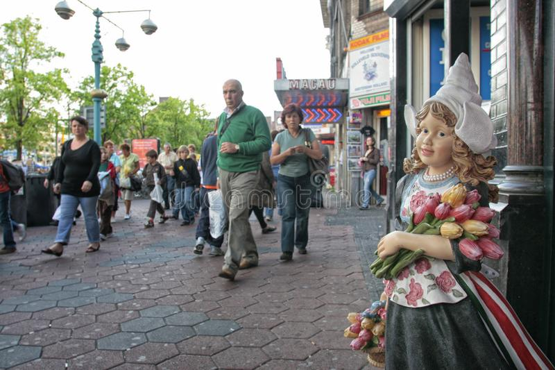 有郁金香的传统Netherland木玩偶 免版税库存照片