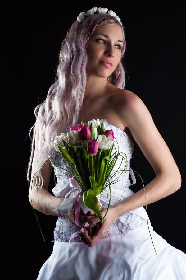 有郁金香花束的美丽的妇女  库存照片