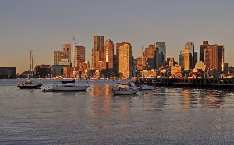 有都市风景和地平线的波士顿港口在日落 库存图片
