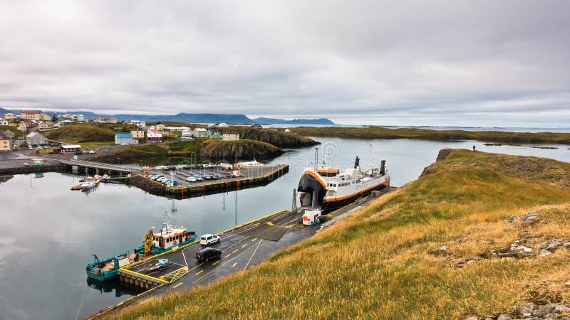 有都市风景的Stykkisholmur港口在背景中 免版税图库摄影