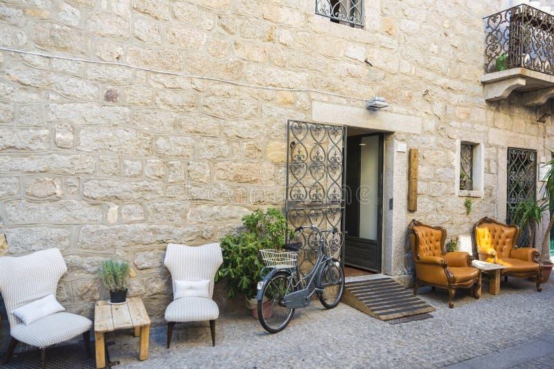 有酒吧大阳台的街道在奥尔比亚,撒丁岛,意大利 库存照片