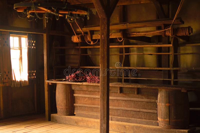 有酒吧柜台的老木房子 库存照片