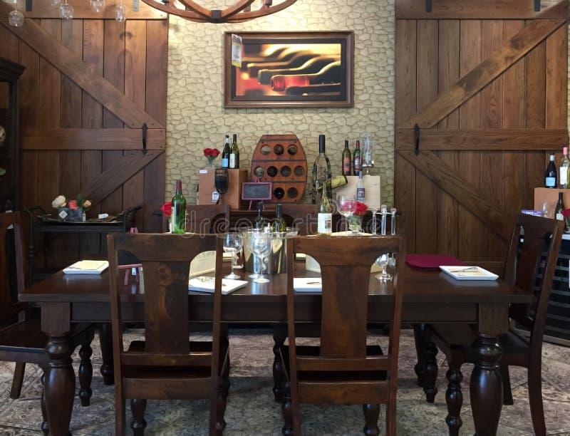 有酒吧设计的好的客厅 免版税图库摄影