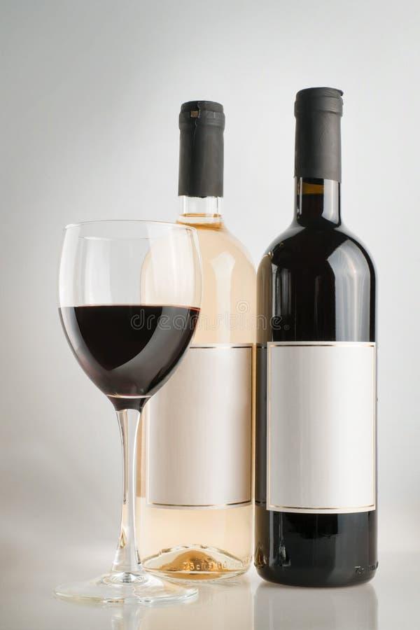 有酒杯的红色和白葡萄酒瓶 免版税图库摄影