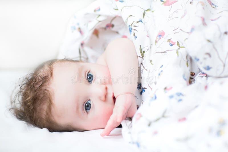 有醒早晨的蓝眼睛的女婴 免版税图库摄影