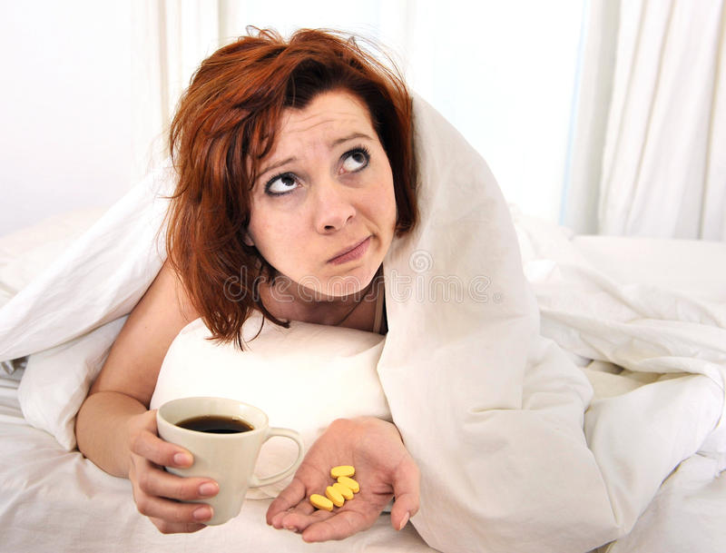 有采取咖啡的宿酒的红色头发妇女 库存照片