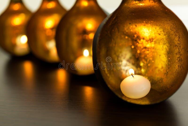 有里面灼烧的蜡烛的装饰回合铜烛台 库存图片