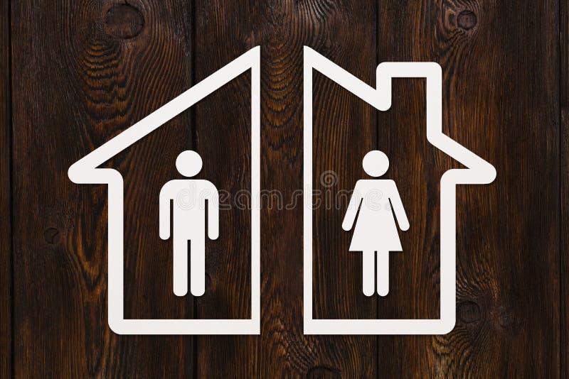 有里面男人和妇女的纸房子 离婚概念 库存照片