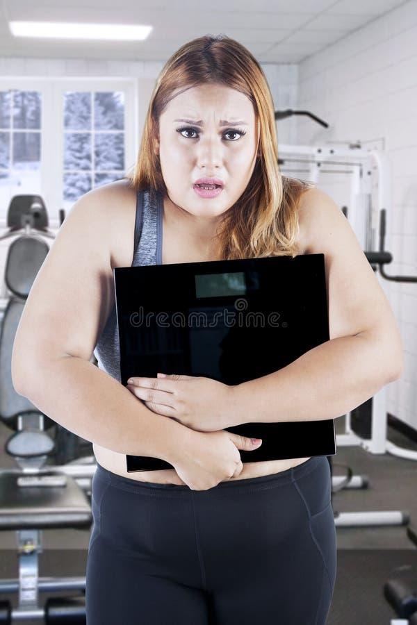 45岁的胖女人怎么操_有重量标度的肥胖女性在健身中心