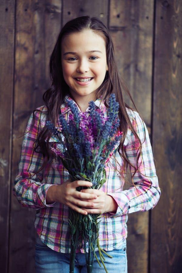 有野花的女孩 免版税库存图片