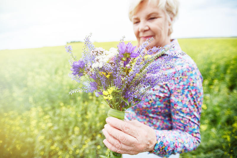 有野花的女性 图库摄影