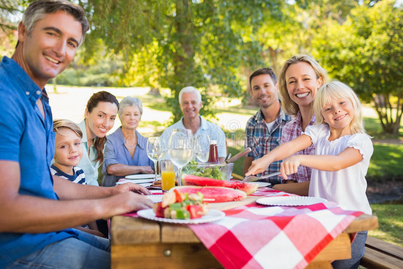 家庭成人_有野餐和拿着美国国旗的愉快的家庭