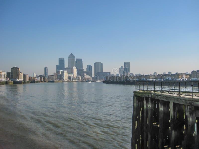 有金丝雀码头摩天大楼的泰晤士河,在伦敦,英国 免版税库存图片
