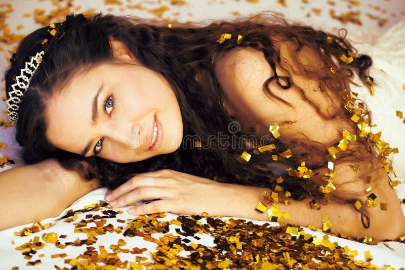 有金五彩纸屑和冠状头饰的秀丽年轻公主 库存照片