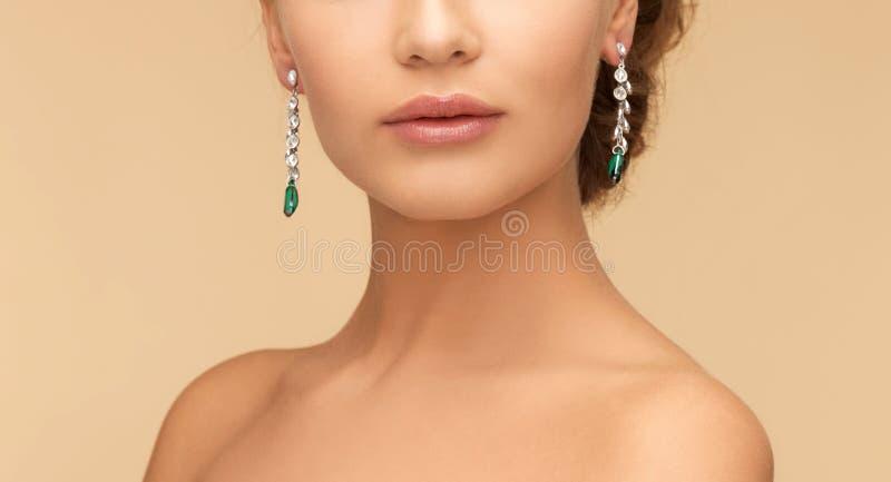 有金刚石和绿宝石耳环的妇女 库存照片