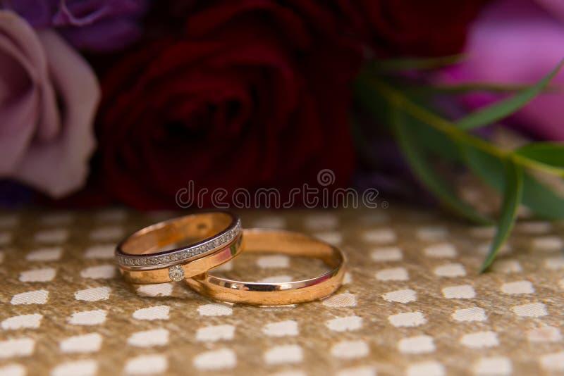 有金刚石新娘和新郎的两金葡萄酒结婚戒指 免版税库存照片