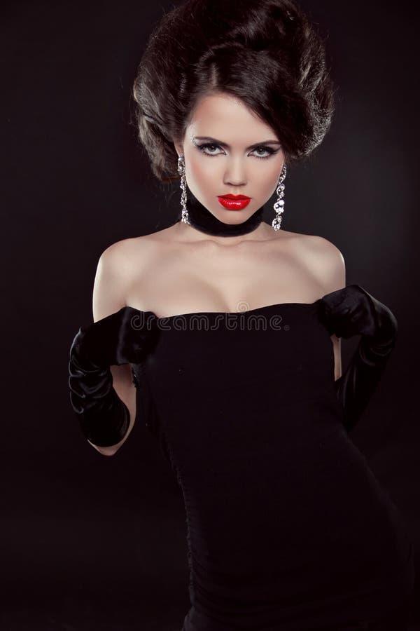 有金刚石的美丽的端庄的妇女。 首饰和秀丽。 Fashi 免版税库存照片