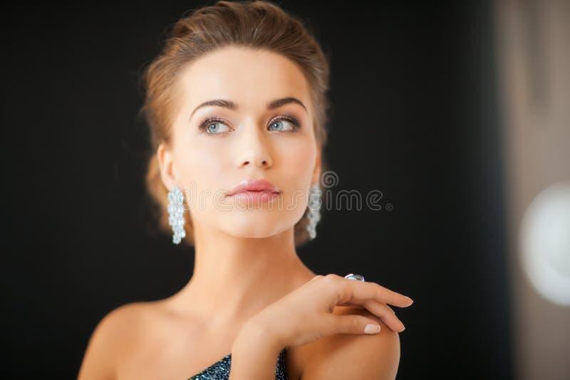 有金刚石耳环的妇女 库存图片