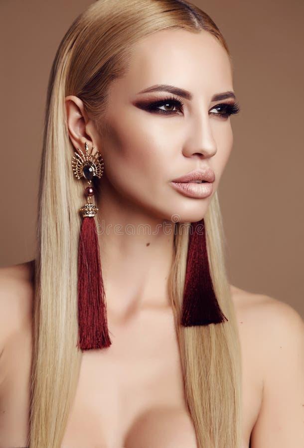 有金发和侈奢的构成的华美的妇女 免版税库存图片
