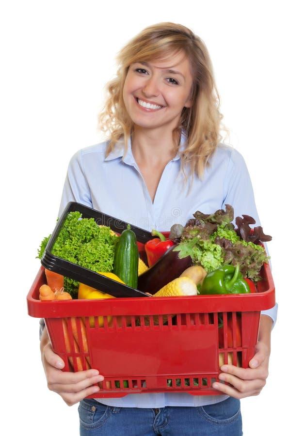 有金发的可爱的妇女买健康食物的 免版税库存照片