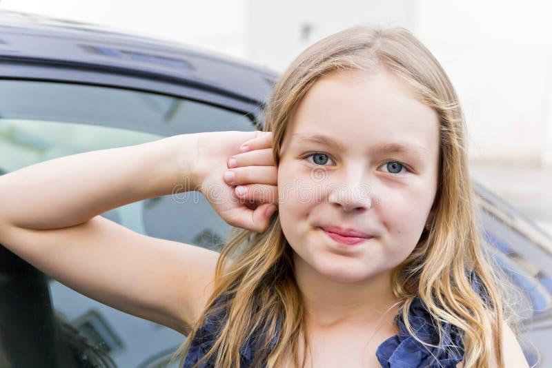 有金发的逗人喜爱的微笑的女孩 图库摄影