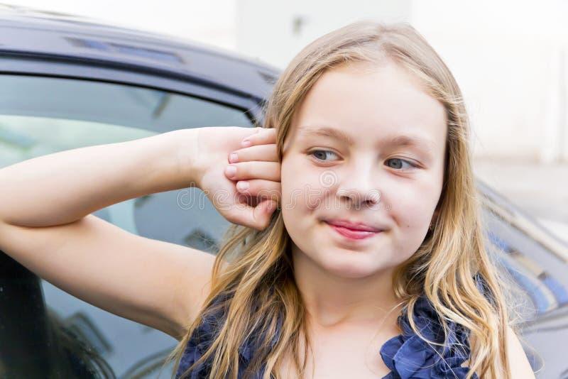 有金发的逗人喜爱的微笑的女孩 免版税图库摄影