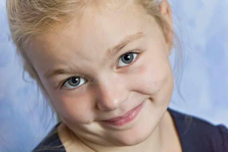 有金发的逗人喜爱的白女孩 免版税库存图片