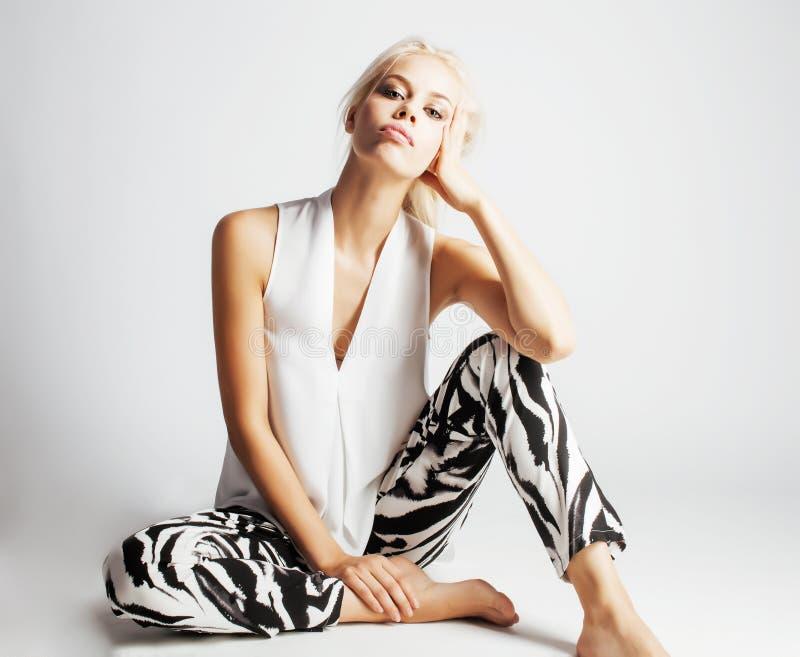 有金发的年轻俏丽的妇女在白色背景,肉欲的构成,塑造性感的神色,生活方式人概念 免版税库存图片