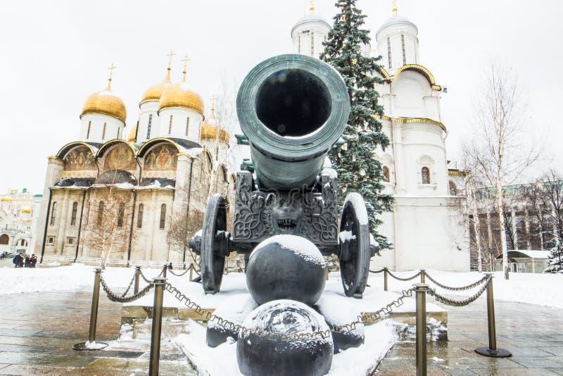有金子的沙皇大炮在克里姆林宫覆以圆顶背景 图库摄影
