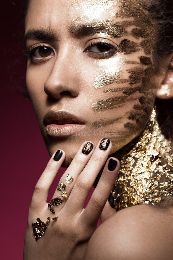 有金子闪烁的Beautyful女孩在她的面孔 艺术图象秀丽 库存图片