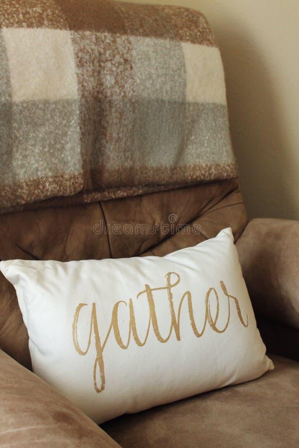 有金字法的La Z男孩棕褐色舒适可躺式椅椅子白色装饰枕头 免版税库存图片