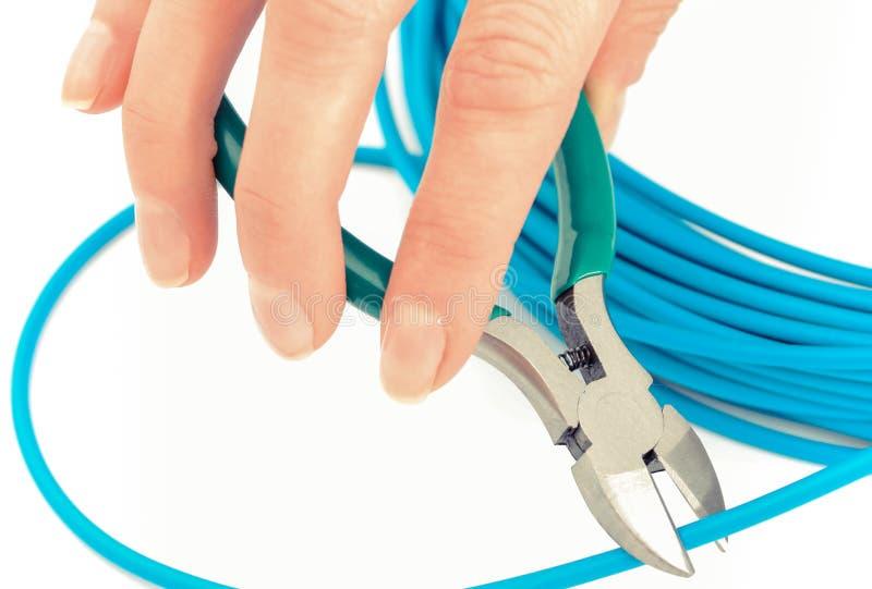 有金属少年的手和在白色背景,技术的蓝色缆绳 免版税库存照片