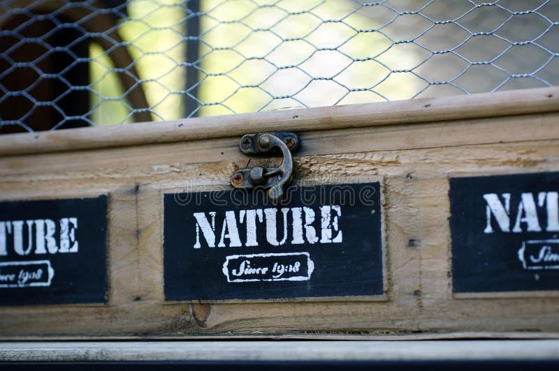 有金属栅格的木储藏盒 免版税库存图片