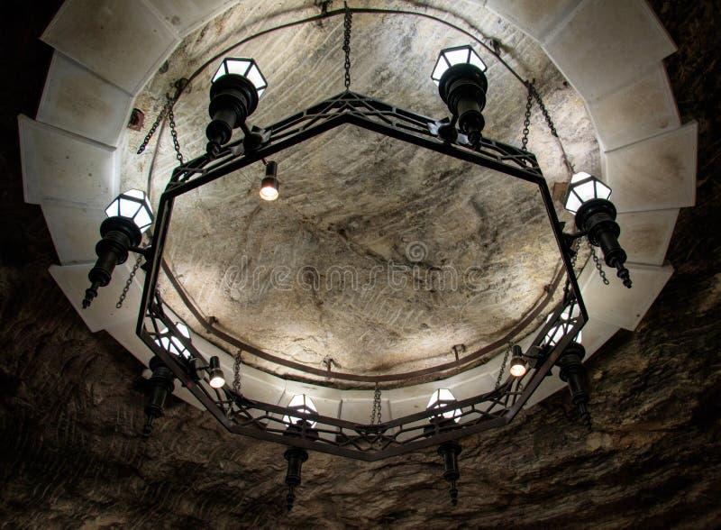 有金属框架的圆的枝形吊灯 库存照片