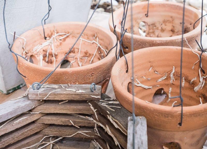 有金属线的老陶器罐 库存照片